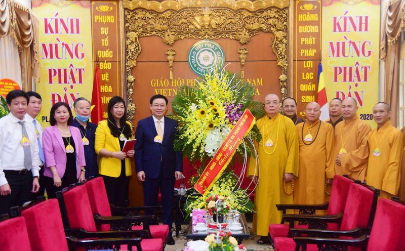 Bí thư Thành ủy Hà Nội Vương Đình Huệ tặng hoa, chúc mừng Giáo hội Phật giáo Việt Nam