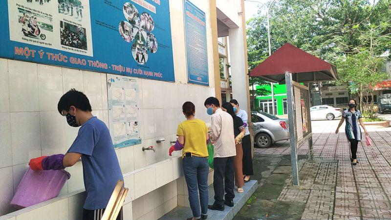 Trường Trung học cơ sở Dương Nội (quận Hà Đông) vệ sinh trường lớp để đón học sinh.