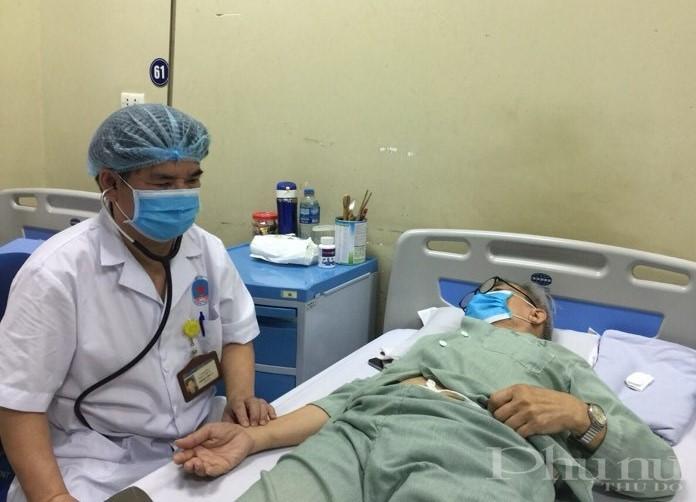 BS Hoàng Văn Lý bắt mạch, kiểm tra sức khỏe cho người bệnh.