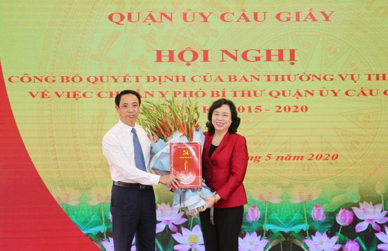 Phó Bí thư Thường trực Thành ủy Hà Nội Ngô Thị Thanh Hằng trao quyết định và tặng hoa cho tân Phó Bí thư Quận ủy Cầu Giấy Nguyễn Văn Chiến