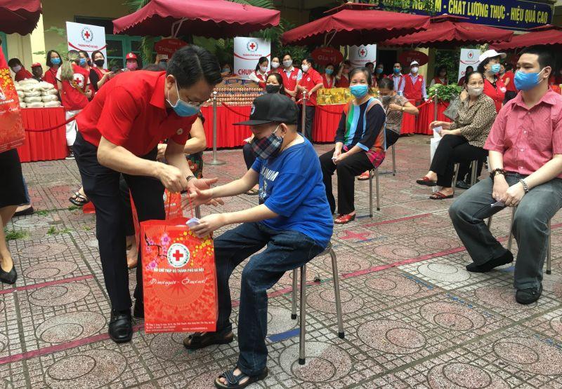 Chủ tịch Hội Chữ thập đỏ thành phố Hà Nội Đào Ngọc Triệu tặng quà cho người có hoàn cảnh khó khăn đến tham dự phiên chợ