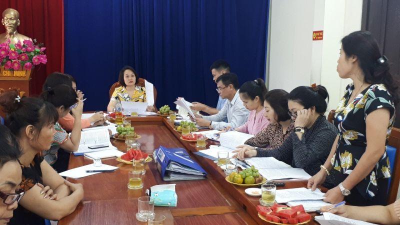 Đồng chí Bùi Thị Hạnh- Chủ tịch Hội LHPN phường Thịnh Liệt báo cáo kết quả hoạt động vay vốn của Ngân hành chính sách xã hội năm 2020.