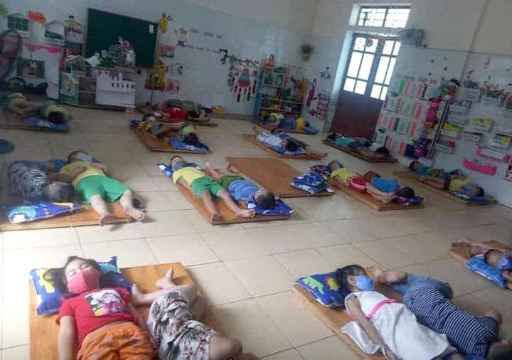 Các em học sinh Trường mầm non xã Hưng Đạo đeo khẩu trang lúc nằm ngủ