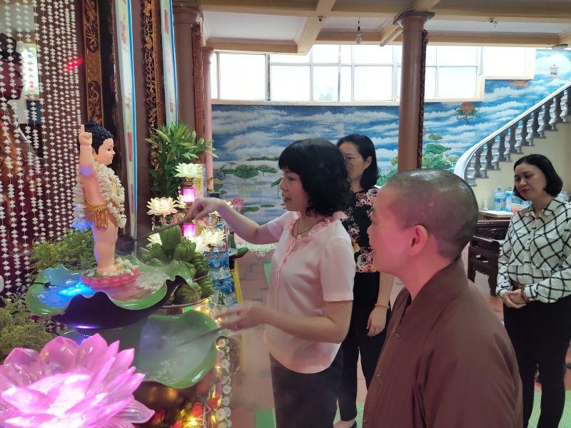 Các đại biểu thực hiện nghi thức tắm Phật truyền thống