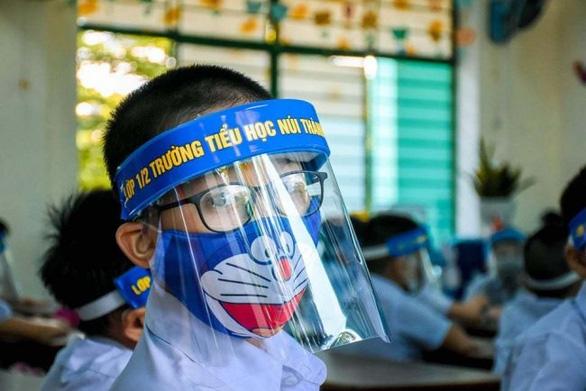 Bộ GD-ĐT yêu cầu không giãn cách lớp học, không sử dụng mũ chống giọt bắn trong lớp học