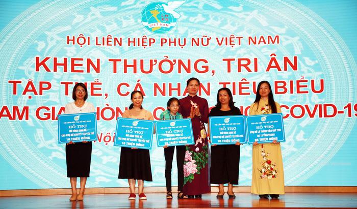 Hội LHPN Việt Nam hỗ trợ cho phụ nữ khó khăn tại 13 tỉnh, mỗi tỉnh 10 suất (trị giá 500.000 đồng/suất); hỗ trợ sinh kế cho 4 HTX, doanh nghiệp, cơ sở bảo trợ xã hội của phụ nữ khuyết tật, phụ nữ khó khăn, mỗi đơn vị 10 triệu đồng. Đồng chí Hà Thị Nga- tân  Chủ tịch Hội LHPN Việt Nam  (thứ 3 từ phải sang) trao hỗ trợ cho các tập thể.