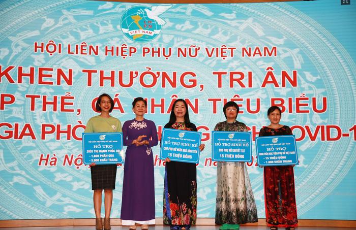 Đồng chí  Trần Thị Hương- Phó Chủ tịch Hội LHPN Việt Nam (thứ 2 từ trái sang) trao hỗ trợ cho đại diện của 16 siêu thị Hạnh phúc 0 đồng, đại diện Ngôi nhà Bình yên, đại diện nhóm phụ nữ khuyết tật và sinh viên Học viện Phụ nữ Việt Nam.