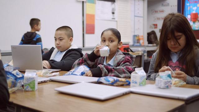 Trẻ em là một trong những đối tượng thụ hưởng chính của chương trình hỗ trợ thực phẩm miễn phí (nguồn ảnh: L.A Food Bank).