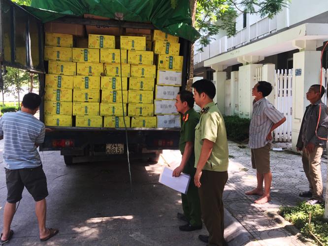 Lực lượng chức năng kiểm tra xe hàng của ông Nguyễn Văn Tuyên  - Ảnh: N.H