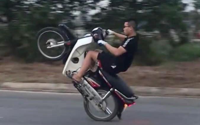 H đang biểu diễn bốc đầu xe trong video clip