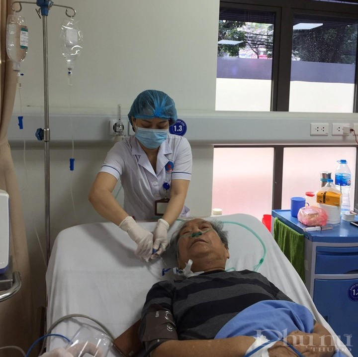 Nữ điều dưỡng tại BV Hữu Nghị chăm sóc cho bệnh nhân.