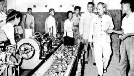 Chủ tịch Hồ Chí Minh thǎm Nhà máy diêm Thống Nhất năm 1956.