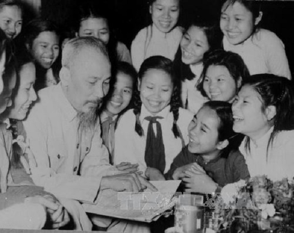 Chủ tịch Hồ Chí Minh với các em học sinh trường THCS Trưng Vương Hà Nội (5/1956)