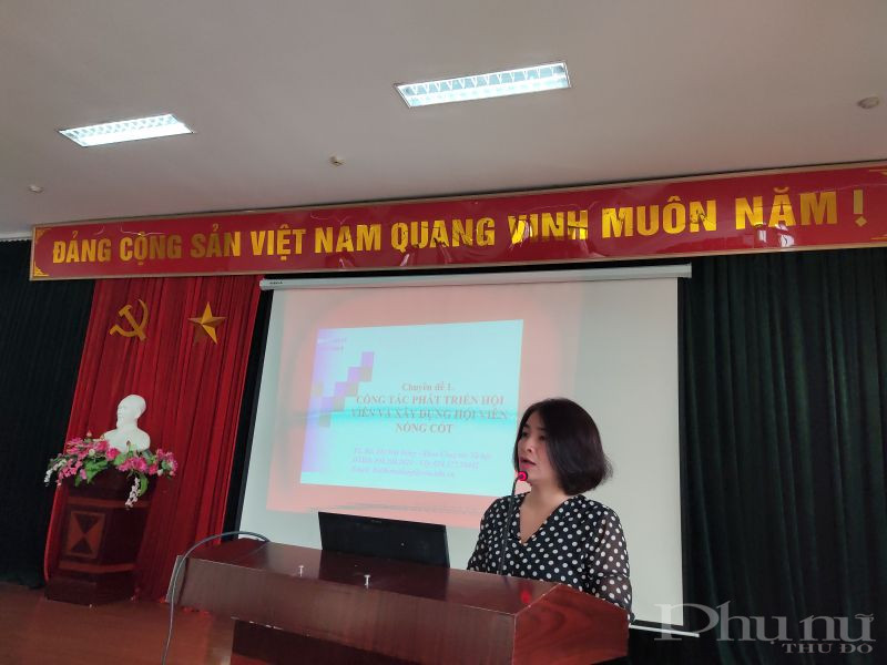 Đồng chí Nguyễn Lệ Hằng- Chủ tịch Hội LHPN quận Hoàng Mai phát biểu khai mạc lớp học