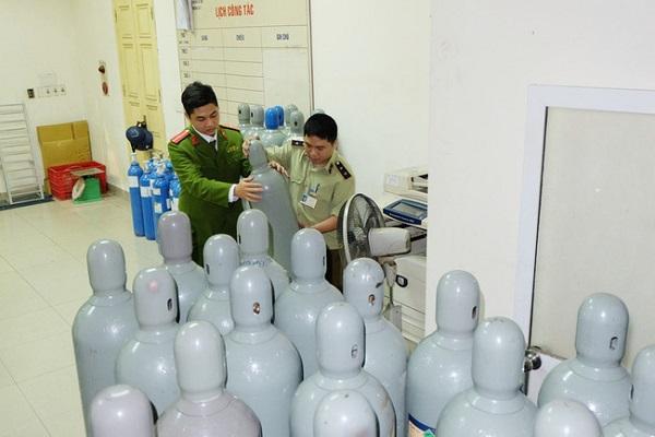 Lực lượng chức năng của Hà Nội thu giữ gần 40 bình khí cười không rõ nguồn gốc tập kết tại khu vực phố cổ