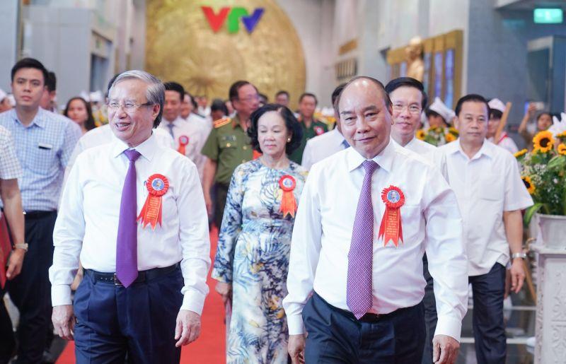 Thủ tướng Nguyễn Xuân Phúc và các đồng chí lãnh đạo Đảng, Nhà nước dự chương trình. Ảnh: VGP/Quang Hiếu