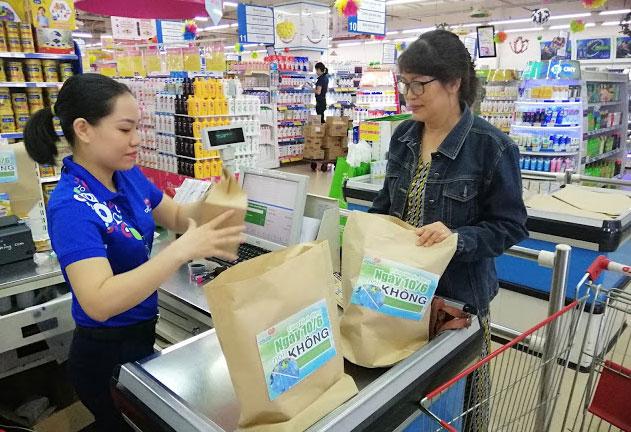 Khách hàng sử dụng túi thân thiện với môi trường khi mua hàng tại siêu thị, thay thế túi ni lon khó phân hủy