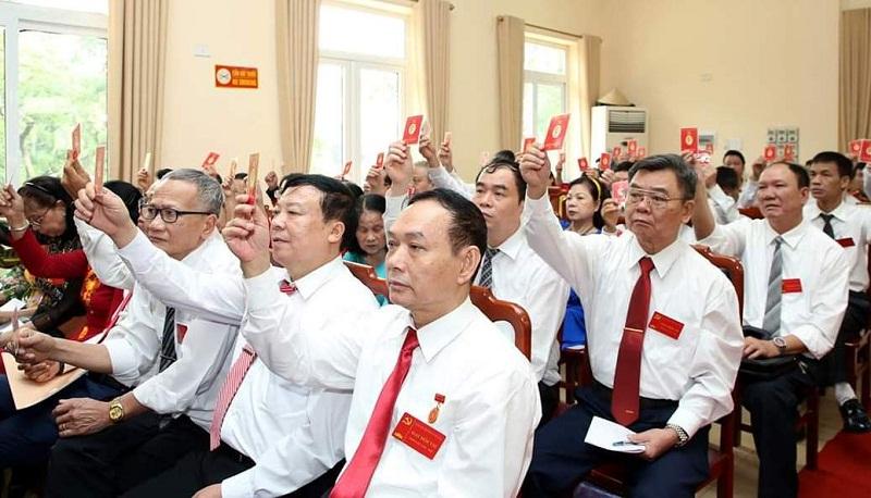Các đại biểu biểu quyết Bầu Ban Chấp hành Đảng bộ nhiệm kỳ 2020-2025