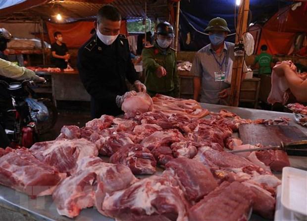 Lực lượng chức năng kiểm tra việc kinh doanh thịt lợn tại chợ đầu mối Minh Khai, Hà Nội.