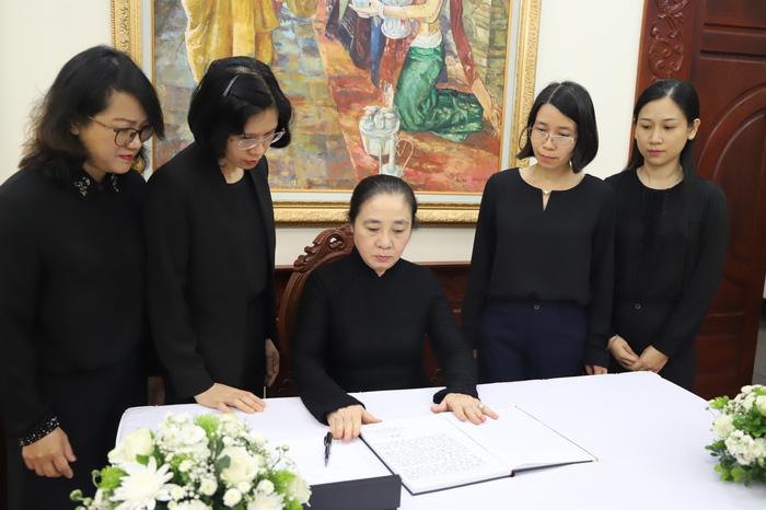 Phó Chủ tịch thường trực Hoàng Thị Ái Nhiên ghi sổ tang mở tại Đại sứ quán Lào