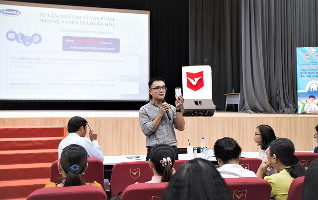 Anh Nguyễn Quang Thái – Giám đốc Phát triển Hoạt động Cộng đồng Vinamilk chia sẻ tại buổi tập huấn của chương trình sữa học đường.