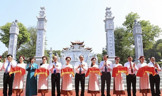 Thủ tướng Nguyễn Xuân Phúc cùng các đại biểu thực hiện nghi thức cắt băng khánh thành Đền Chung Sơn - Đền thờ Gia tiên Chủ tịch Hồ Chí Minh.