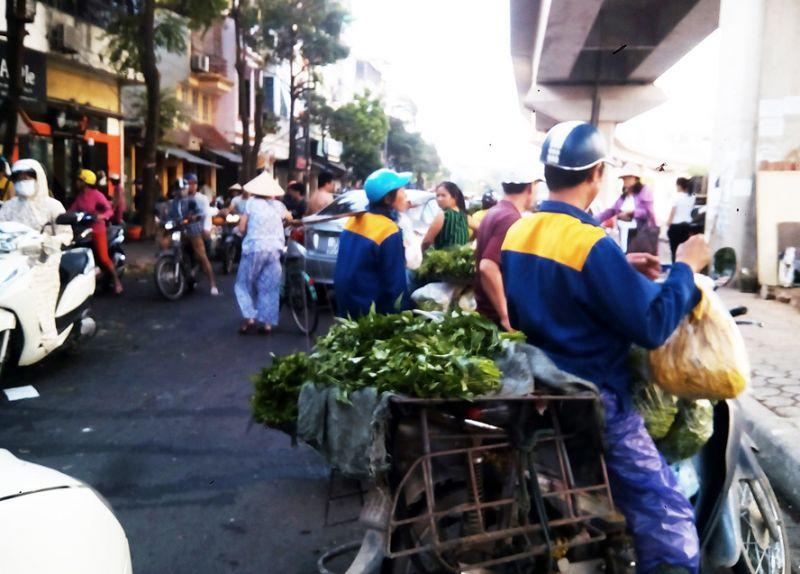 Gần giờ cao điểm buổi sáng mà chợ đêm đầu mối Ngã Tư Sở vẫn họp, gây ách tắc giao thông.