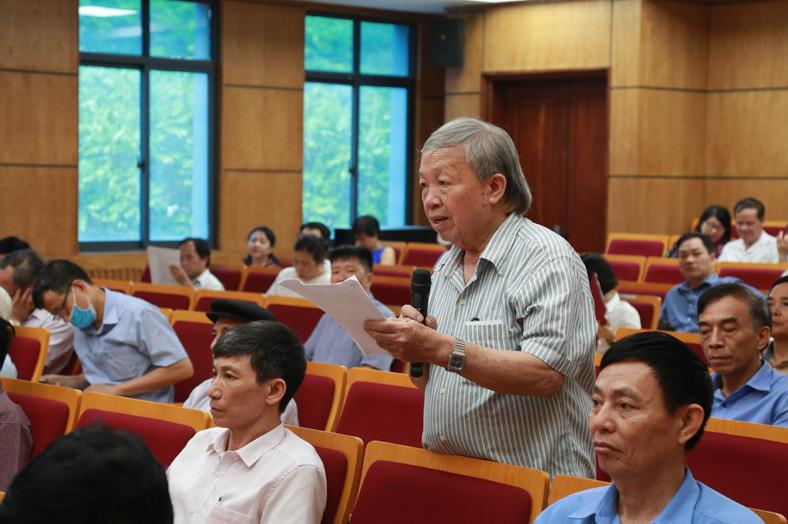 Cử tri Nguyễn Chính, phường Hàng Bạc, quận Hoàn Kiếm nêu ý kiến tại hội nghị.