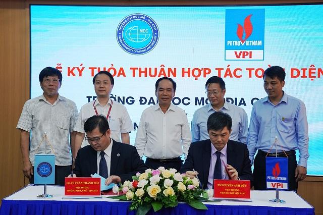 TS. Nguyễn Anh Đức và GS. TS tiến hành ký kết thỏa thuận hợp tác toàn diện.