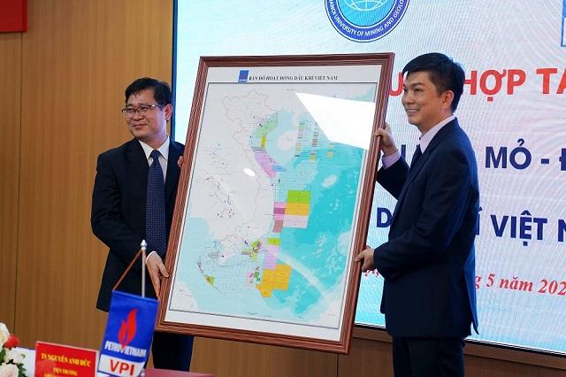 VPI trao tặng bản đồ dầu khí Việt Nam cho HUGM