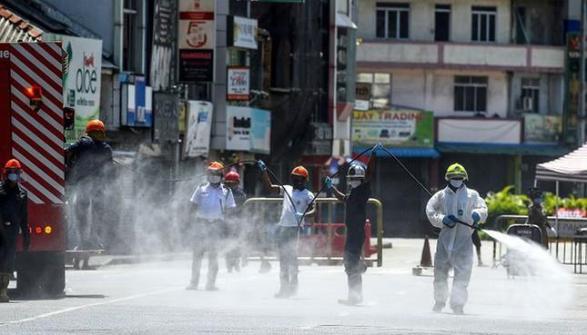 WHO khuyến cáo phun thuốc khử trùng trên đường phố có thể gây hại cho sức khỏe người.