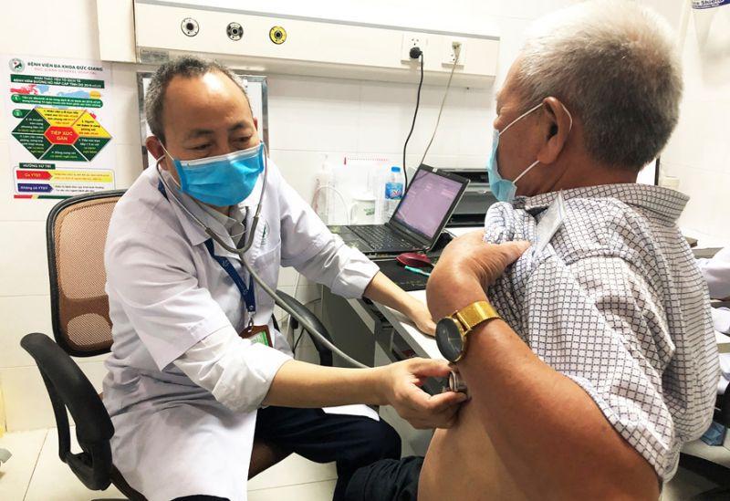 Bác sĩ Nguyễn Đắc Hanh, Trưởng khoa Khám bệnh (Bệnh viện Đa khoa Đức Giang) khám cho người bệnh.
