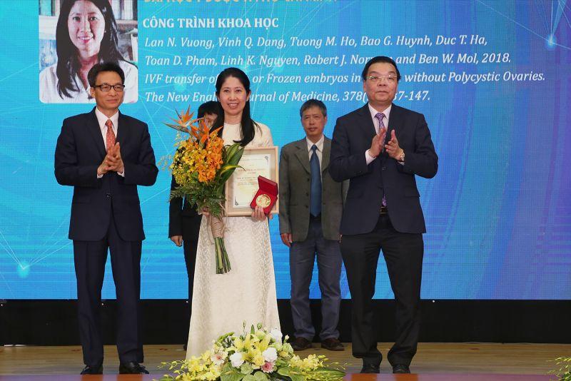 Phó Thủ tướng Vũ Đức Đam và Bộ trưởng Bộ Khoa học và Công nghệ Chu Ngọc Anh trao Giải thưởng Tạ Quang Bửu năm 2020 cho PGS.TS Vương Thị Ngọc Lan. Ảnh: VGP/Đình Nam