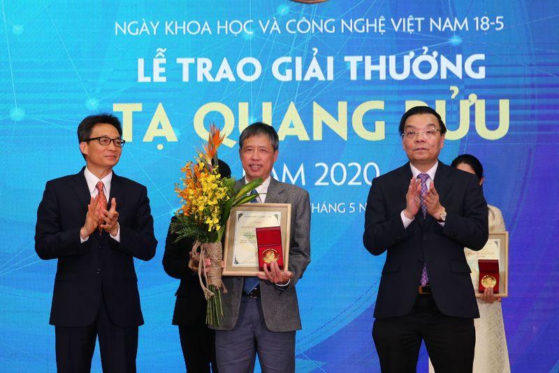 Phó Thủ tướng Vũ Đức Đam và Bộ trưởng Bộ Khoa học và Công nghệ Chu Ngọc Anh trao Giải thưởng Tạ Quang Bửu năm 2020 cho PGS.TS Phạm Tiến Sơn. Ảnh: VGP/Đình Nam