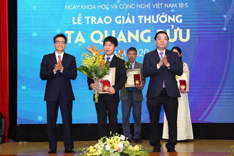 Phó Thủ tướng Vũ Đức Đam và Bộ trưởng Bộ Khoa học và Công nghệ Chu Ngọc Anh trao Giải thưởng Tạ Quang Bửu năm 2020 cho TS. Nguyễn Trương Thanh Hiếu. Ảnh: VGP/Đình Nam