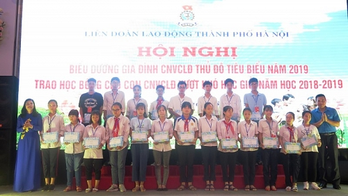 Phó Chủ tịch thường trực phụ trách Liên đoàn Lao động Thành phố Đặng Thị Phương Hoa trao học bổng cho con công nhân viên chức lao động vượt khó, học giỏi năm học 2018-2019.