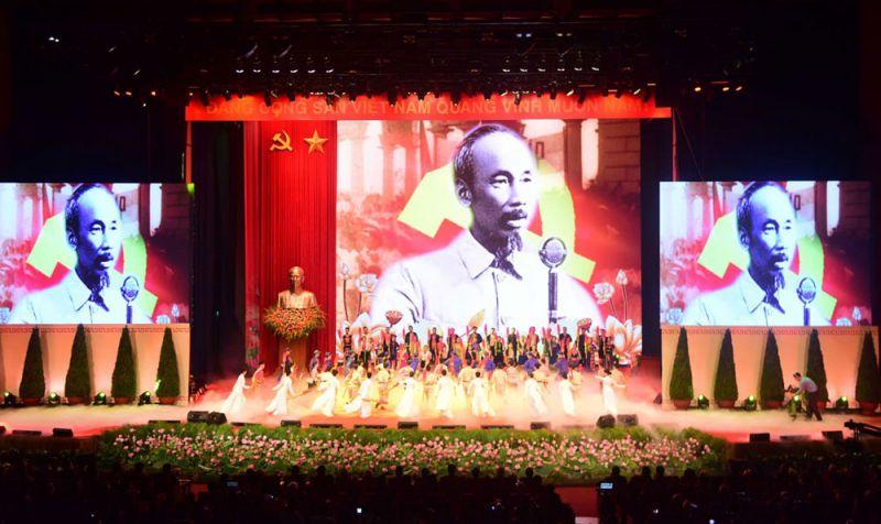 Chương trình nghệ thuật tại Lễ kỷ niệm 130 năm Ngày sinh Chủ tịch Hồ Chí Minh. Ảnh: Viết Thành