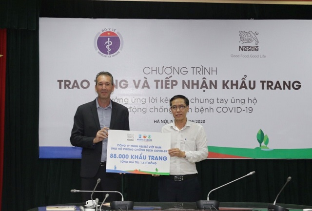 Ông Pire Ma trao biển tượng trưng cho ông Đặng Quang Tuấn, Cục trưởng Cục Y tế dự phòng, Bộ Y tế.