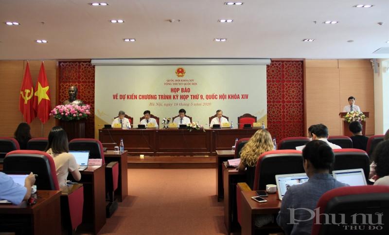 Tổng Thư ký, Chủ nhiệm Văn phòng Quốc hội Nguyễn Hạnh Phúc thông tin tại cuộc họp báo.