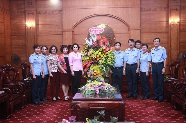 Đồng chí Lê Kim Anh, Chủ tịch Hội LHPN Hà Nội cùng đoàn công tác Hội LHPN Hà Nội thăm, tặng hoa chúc mừng Sư đoàn Phòng không 361