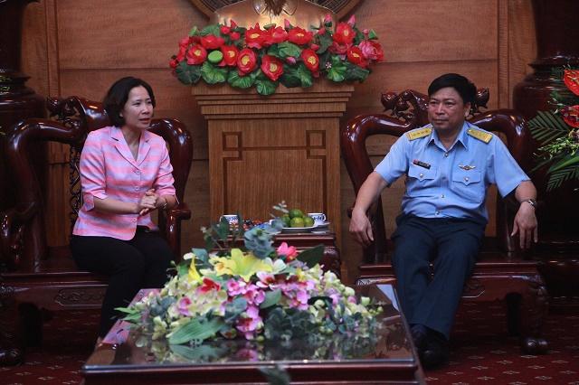 Đồng chí Lê Kim Anh, Chủ tịch Hội LHPN Hà Nội và Đại tá Nguyễn Văn Đấy, Sư đoàn trưởng Sư đoàn 361 ôn lại mối quan hệ gắn bó bền chặt giữa hai đơn vị