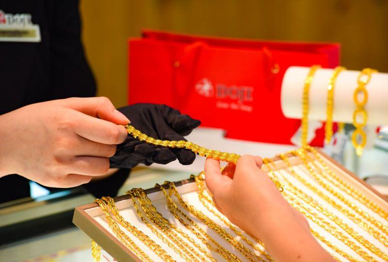 Giá vàng bật tăng mạnh, vượt mốc 49 triệu đồng/lượng