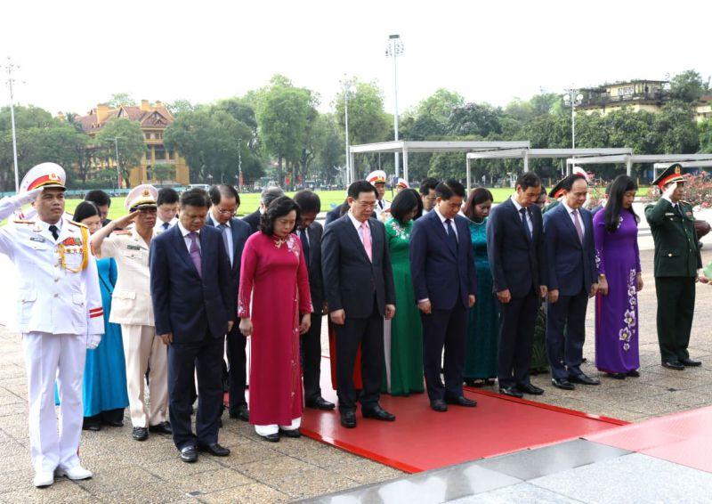 Đoàn đại biểu thành phố Hà Nội vào Lăng viếng Chủ tịch Hồ Chí Minh.