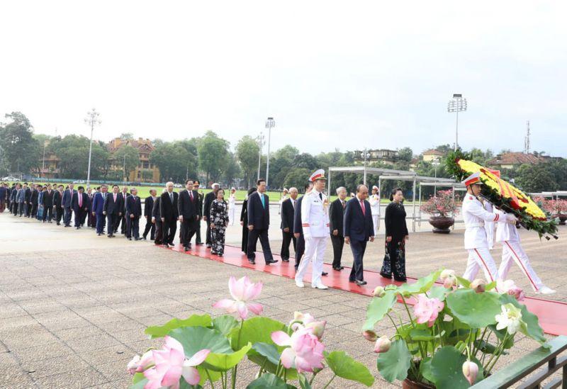 Các đồng chí lãnh đạo Đảng, Nhà nước vào Lăng viếng Chủ tịch Hồ Chí Minh.