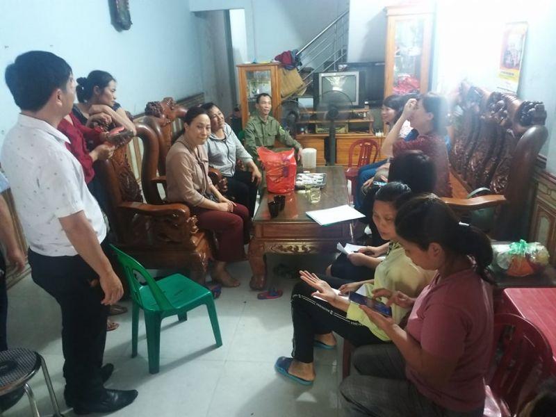 Các cấp chính quyền đến nhà bà Bằng, mẹ chị Đào Thị Lợi để trao trả lại bé trai bị bỏ rơi sáng ngày 18/5