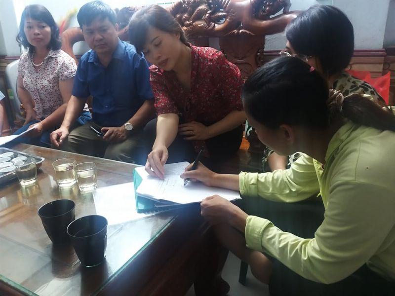 Chị Đào Thị Lợi ký vào biên bản nhận lại con do chính quyền trao trả