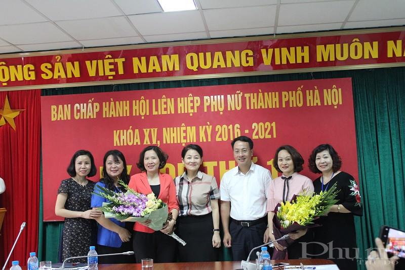Lãnh đạo Hội LHPN Việt Nam và Thành phố Hà Nội tặng hoa chúc mừng 2 đồng chí Tân Chủ tịch và Phó Chủ tịch Hội LHPN Hà Nội tại hội nghị BCH Hội LHPN Hà Nội khóa XV