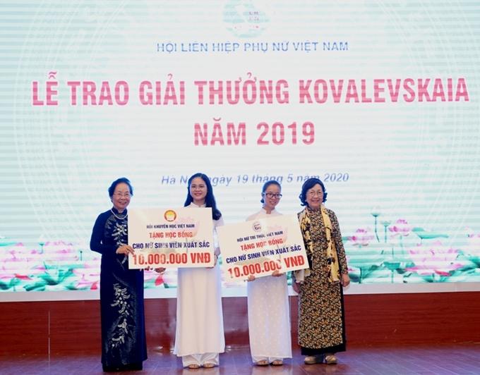 Dịp này, Hội Khuyến học Việt Nam và Hội Nữ trí thức Việt Nam trao học bổng (trị giá 10 triệu đồng) tặng  2 nữ sinh viên có thành tích học tập xuất sắc