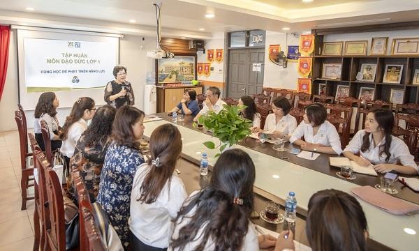 Ban giám hiệu và tổ chuyên môn trường tiểu học Ngôi sao Hà Nội nghiên cứu, lựa chọn SGK lớp 1 mới
