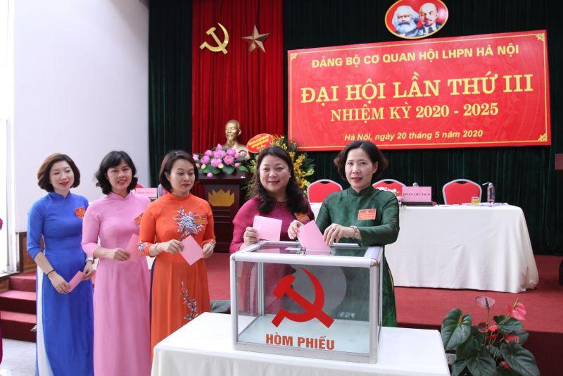Các đồng chí lãnh đạo bỏ phiếu bầu Bí thư Đảng ủy nhiệm kỳ 2020-2025.
